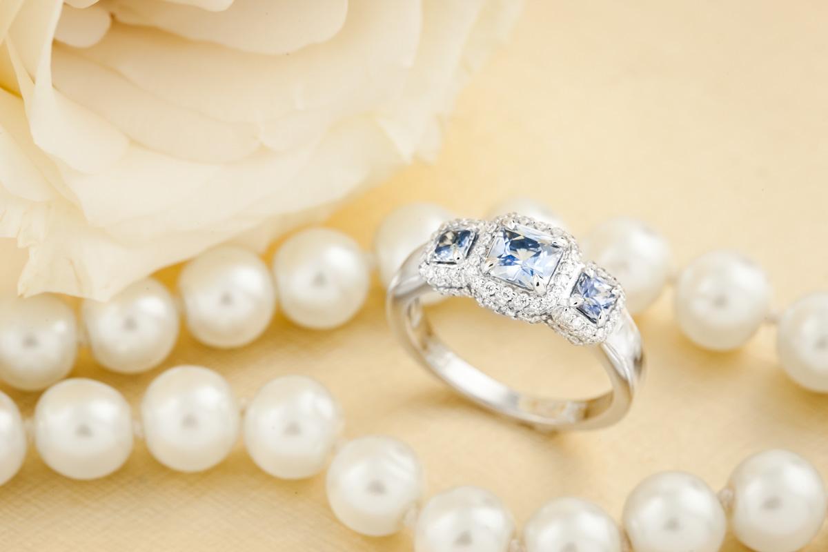 Inel cu Safir si Diamant Dama din Aur Alb 18kt cu 3 Safire Inconjurate de Diamante Rotunde Mici in Stoc-img1