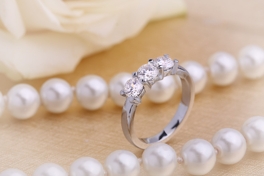 Three Stone Ring/Engagement Ring for women in platinum with 3 round brilliant cut diamonds fixed in a claw setting-img1