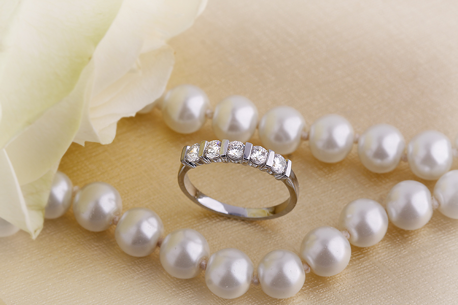 Half Eternity Ring for women in 18ct white gold with five round diamonds in bar-setting-img1
