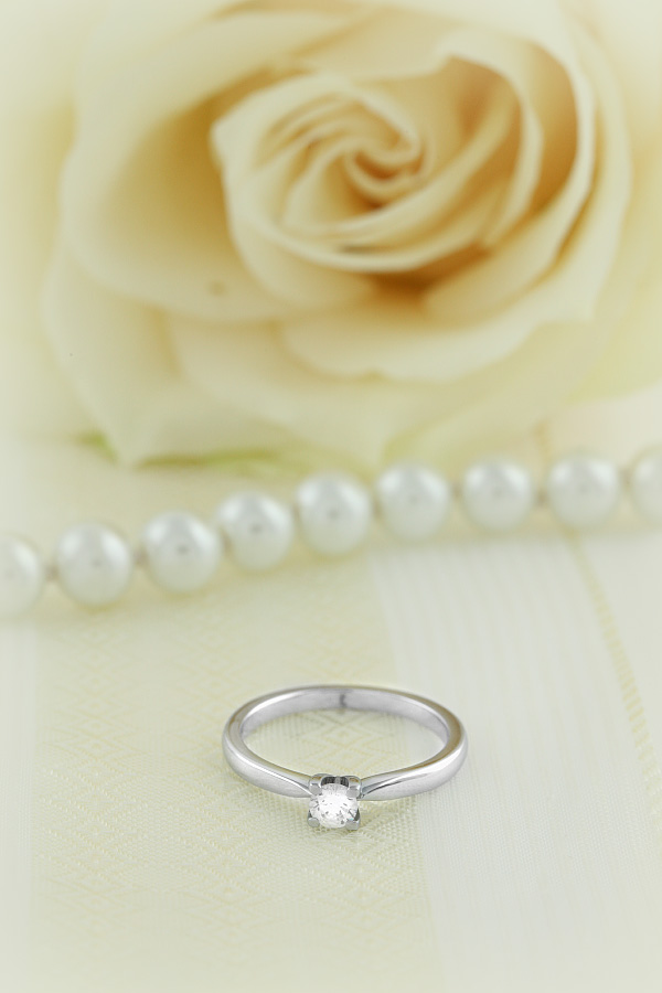 Single Stone Engagement Ring for Women in 18ct White Gold with a Round Cut Diamond in a 4-claw Setting-img1