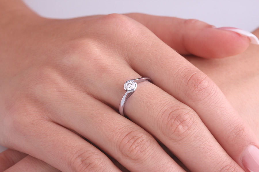 Inel de Logodna Solitaire Dama Aur Alb 18kt cu Diamant Rotund Briliant in Setare Rub Over-img1