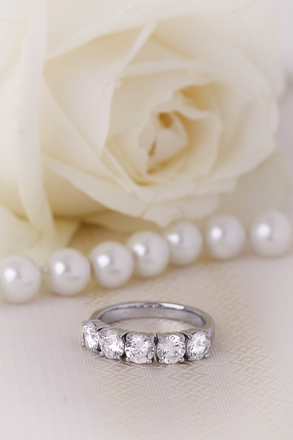 Half Eternity Ring for women in platinum with 5 round diamonds in a 4-claw setting-img1