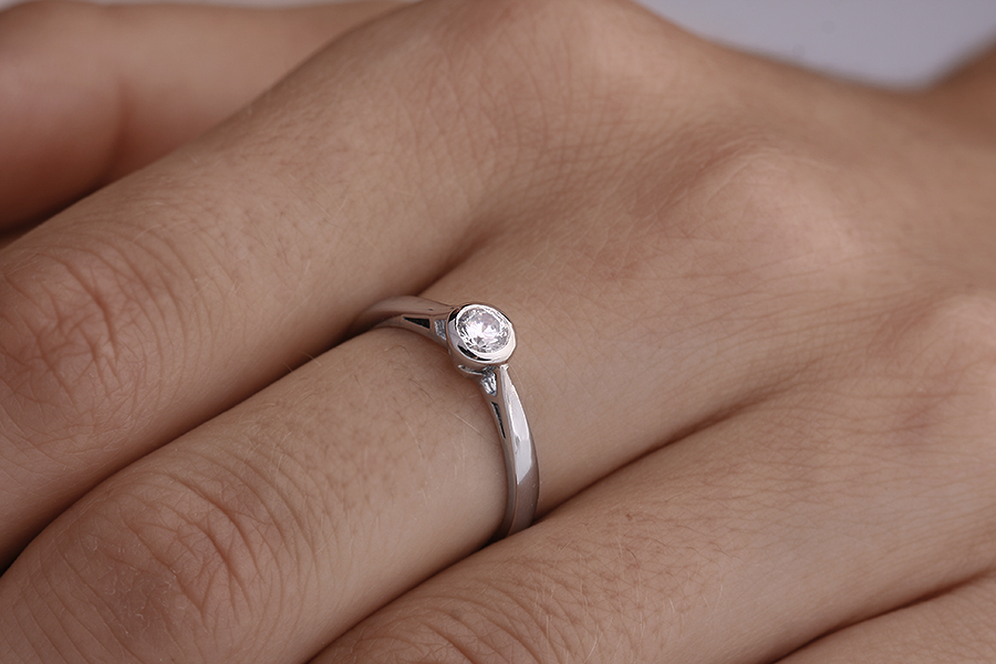 Inel de Logodna Solitaire Dama Platina cu un Diamant Rotund Briliant incercuit de Metal in Setare Rub-Over-img1