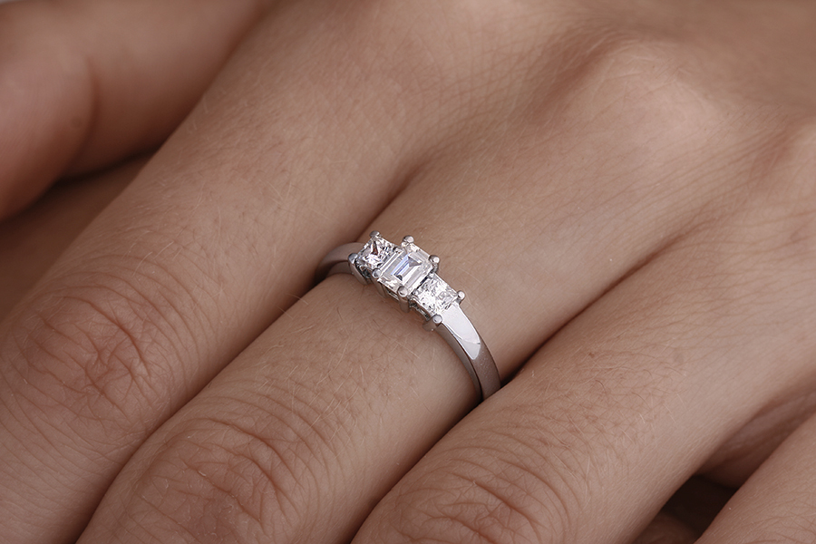 Three Stone Ring/Engagement Ring for women in platinum with an emerald cut and two princess cut diamonds-img1