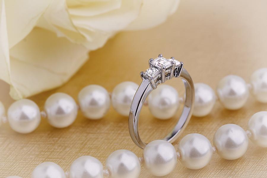 Inel de logodna/Inel cu 3 Diamante Dama Aur Alb 18kt cu un Diamant Forma Smarald si 2 Diamante Princess-img1