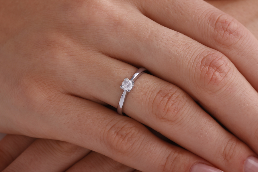 Single Stone Engagement Ring for Women in Platinum with a Round Diamond in a Claw-Setting-img1