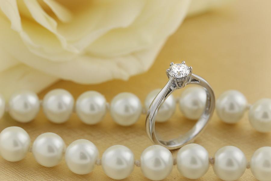 Solitär Verlobungsring für Dame in 18kt Weißgold mit rundem Diamanten in 6er Krappenfassung-img1