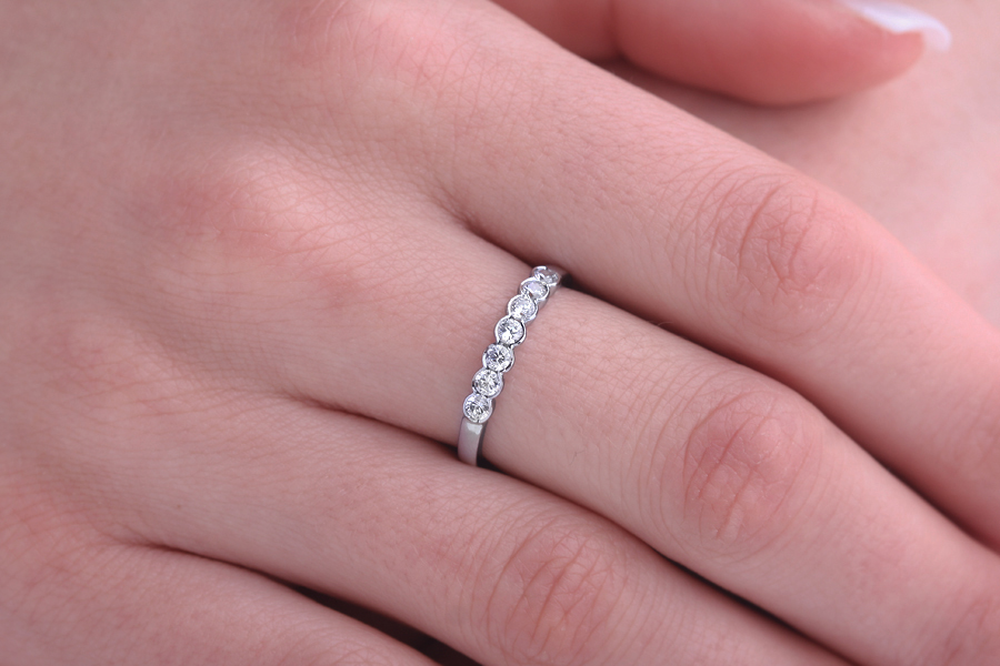 Inel Semi Eternity Dama Aur Alb, 18kt cu 7 Diamante Rotunde in Setare Rub-Over-img1
