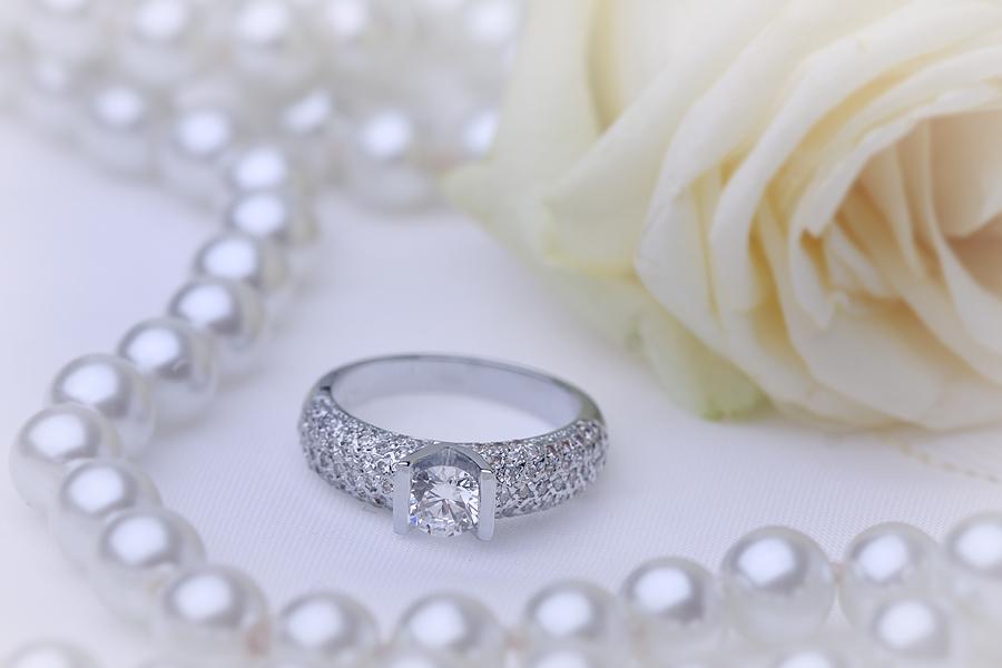 Cocktail Ring/Verlobungsring mit Diamanten für Dame in Platin mit einem runden Diamanten in der Mitte und Schultern mit Diamanten in Pavefassung-img1