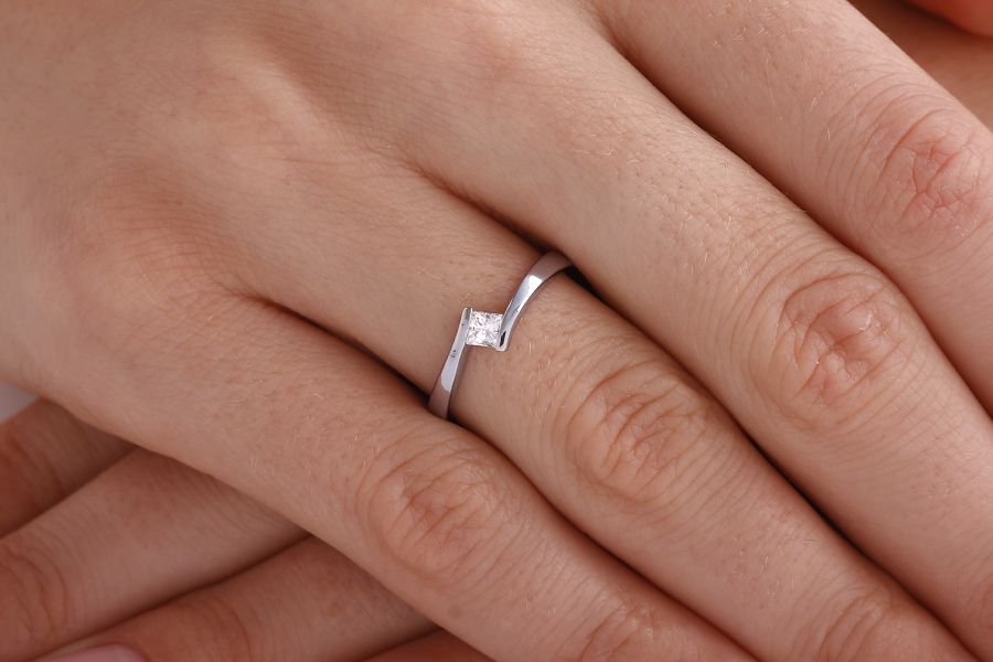 Solitär Verlobungsring für Dame in 18kt Weißgold mit einem Princess Schliff Diamanten in Spannfassung, Twist Stil-img1