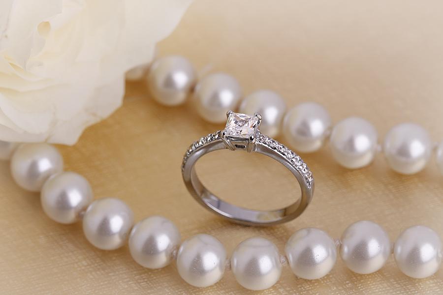 Solitär Verlobungsring mit Schultern für Dame in 18kt Weißgold mit einem Princess Diamanten und runden Diamanten auf den Schultern in Krappenfassung-img1