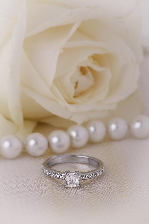 Inel de Logodna Solitaire cu Diamante Mici pe Lateral Dama Aur Alb 18kt cu un Diamant Central Princess si 7 Diamante Rotund Briliant pe Fiecare Parte-img1