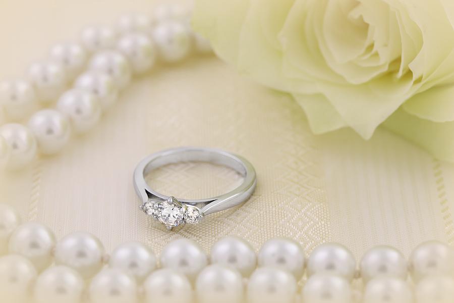 Inel de Logodna Solitaire cu Diamante Mici pe Lateral Dama Aur Alb 18kt cu 3 Diamante Rotund Briliant in Setare Gheare-img1