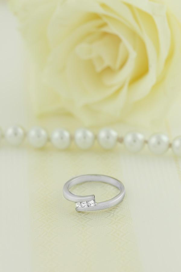 Inel de Logodna cu 3 Diamante Dama Aur Alb 18kt cu 3 Diamante Princess in Setare Canal-img1