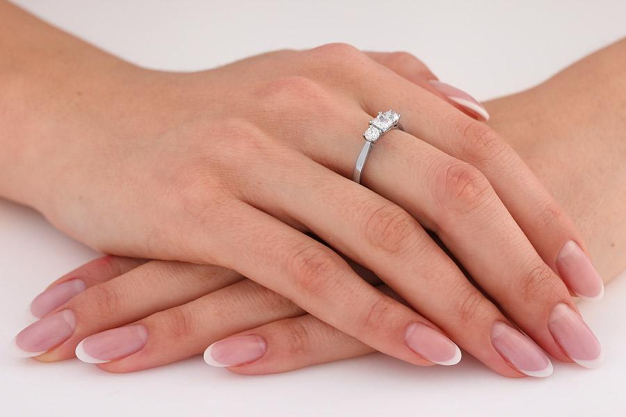 Inel de Logodna cu 3 Diamante Dama Aur Alb 18kt cu un Diamant Princess si 2 Diamante Rotund Briliant pe fiecare Parte-img1