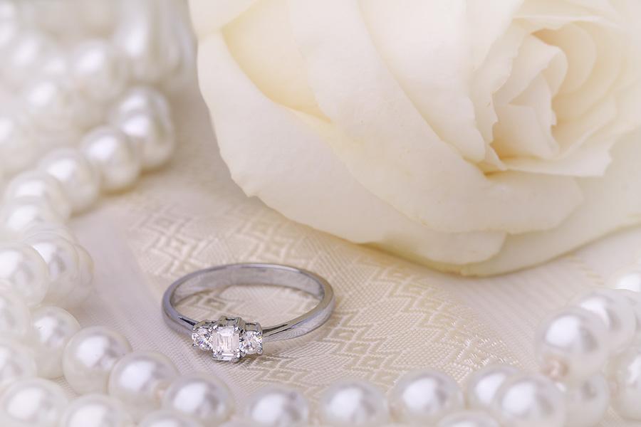 Inel de Logodna cu 3 Diamante Dama Aur Alb 18kt cu un Diamant Forma Smarald si 2 Diamante Rotund Briliant-img1