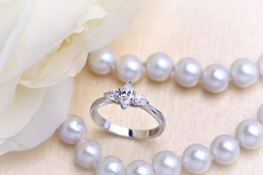 Inel de Logodna Solitaire cu Diamante Mici pe Lateral/cu 3 Diamante Dama Aur Alb 18kt cu un Diamant Forma Marchiza si 2 Diamante in Forma de Para-img1