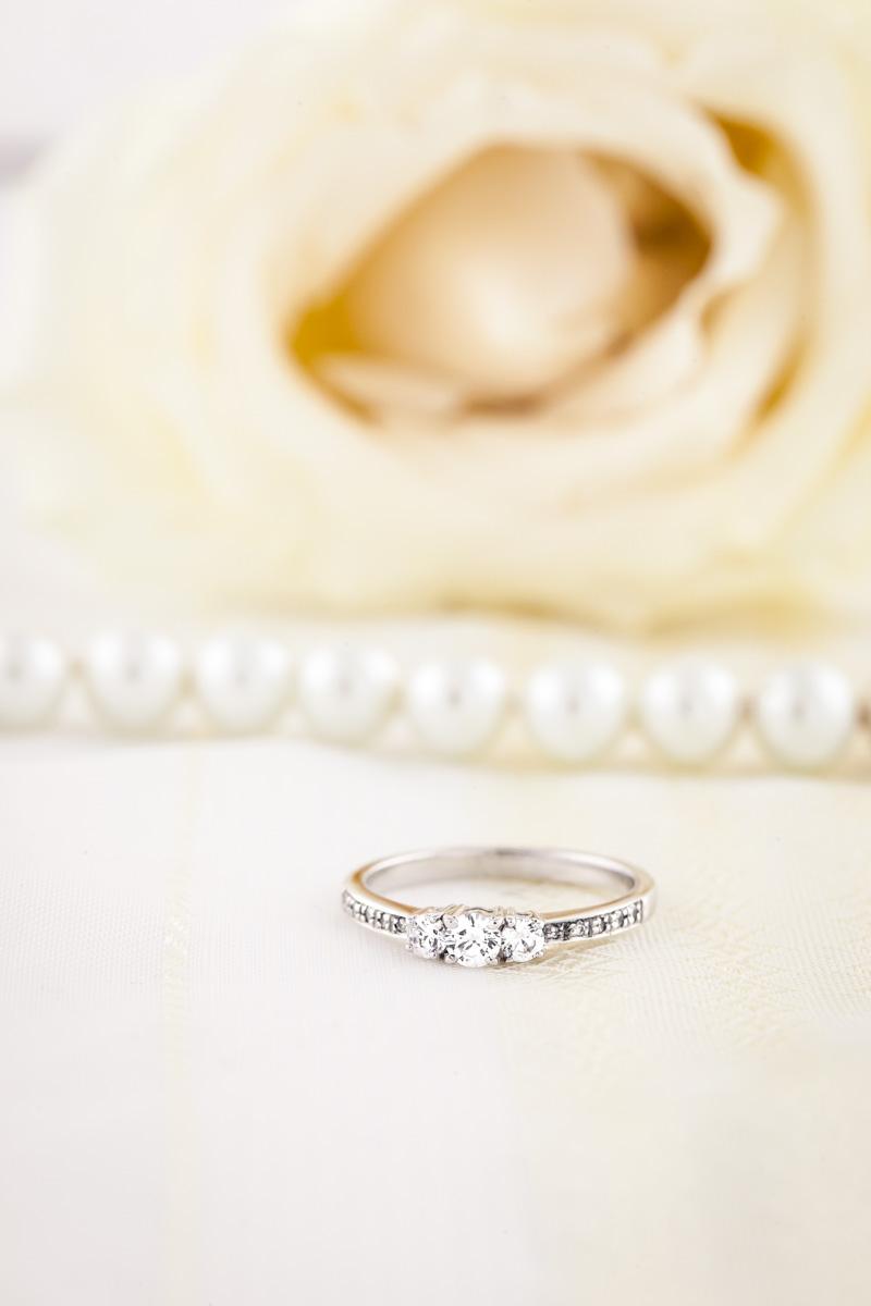 Inel de Logodna Solitaire Dama Aur Alb 18kt cu un singur Diamant Rotund Briliant in Setare Semi Rub Over-img1