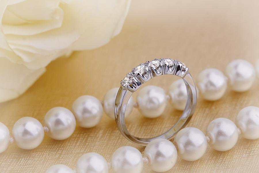 Halb Eternity Ring für Dame in 9kt Weißgold mit 5 runden Brillant Schliff Diamanten-img1