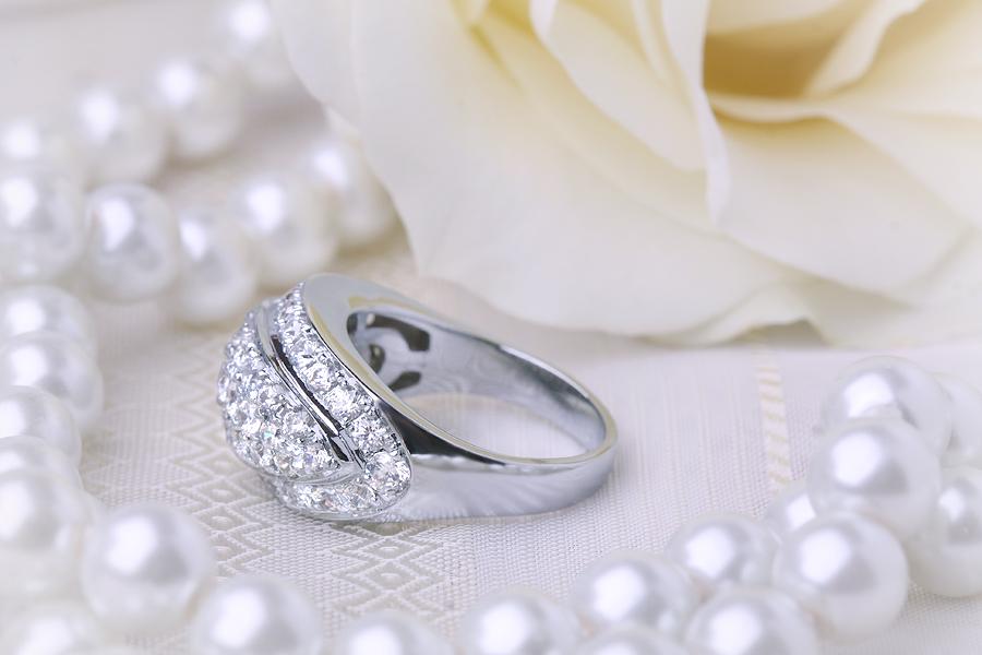 Cocktail Ring mit Diamanten/Verlobungsring im Cluster Stil für Dame in 18kt Weißgold mit 49 runden Diamanten in Pavefassung-img1
