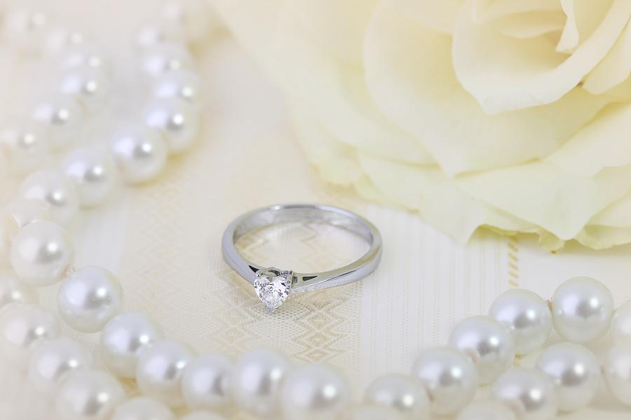 Inel de Logodna Solitaire Dama Aur Alb 18kt cu un Diamant Forma Inima in Setare Gheare-img1