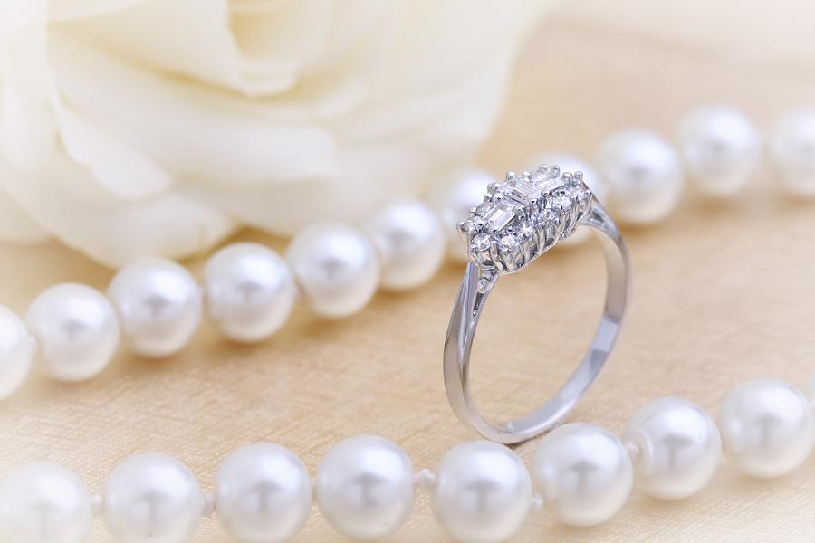 Cocktail Ring mit Diamanten/Verlobungsring im Cluster Stil für Dame in 18kt Weißgold mit Baguette & runden Brillant Schliff Diamanten-img1