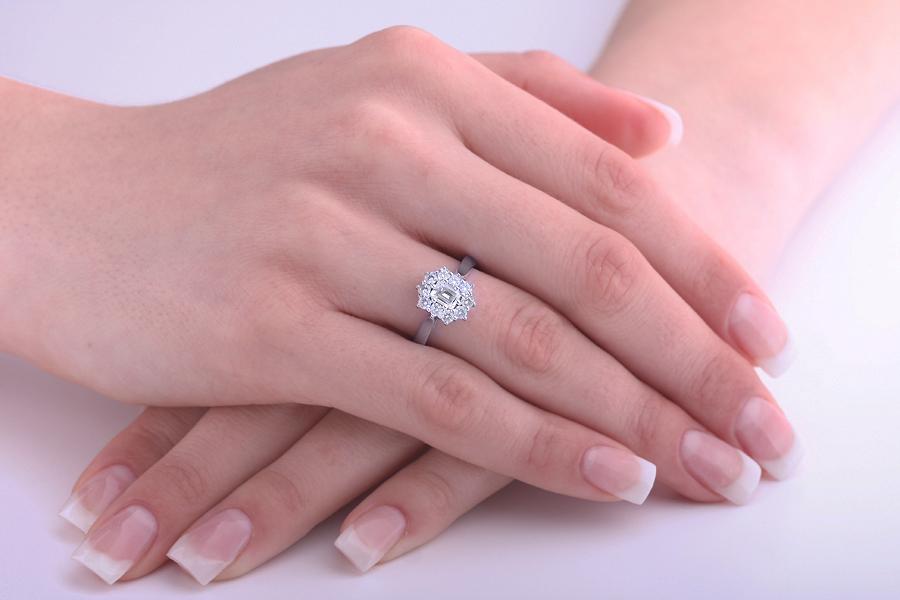 Cocktail Ring mit Diamanten/Verlobungsring im Cluster Stil für Dame in 18kt Weißgold mit einem Smaragd Schliff Diamanten und Brillanten-img1