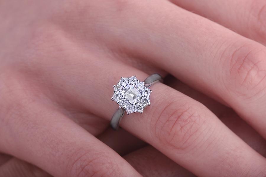 Inel Cocktail/Inel de Logodna cu Diamante Dama Aur Alb 18kt cu un Diamant Forma Smarald si Diamante Rotunde Briliant Setate cu Gheare-img1