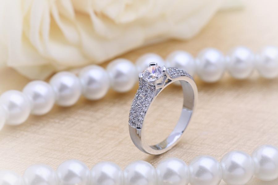 Inel de Logodna Solitaire cu Diamante Mici pe Lateral Dama Platina cu un Diamant Rotund Briliant in Setare 4-Gheare in Centru si Diamante Rotunde Mici pa Lateral-img1