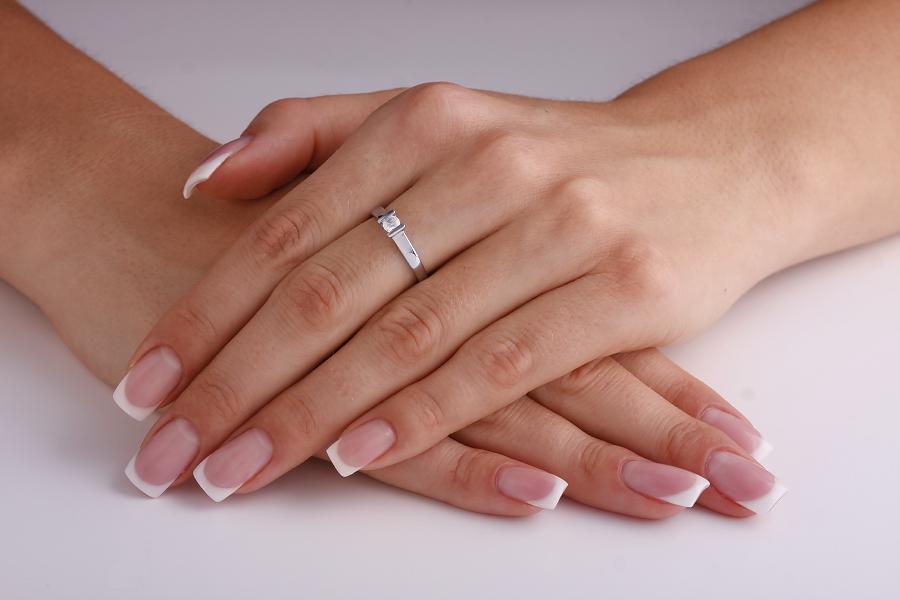 Inel de Logodna Solitaire Dama Aur Alb 18kt cu un Diamant Rotund Briliant in Setare Bara-img1