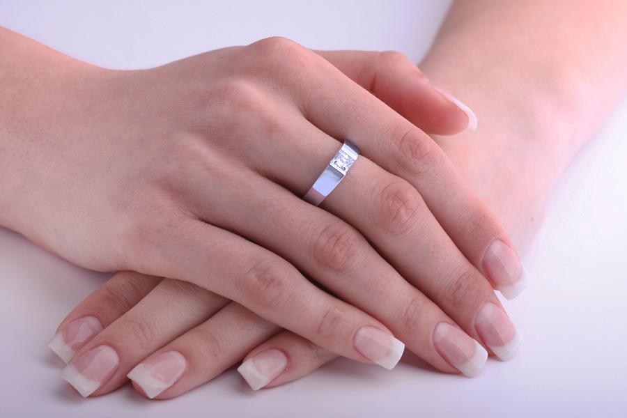 Solitär Verlobungsring für Dame in 9kt Weißgold mit einem Princess Schliff Diamanten in Spannfassung-img1