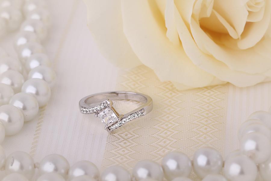 Inel de Logodna Solitaire cu Diamante Mici pe Lateral Dama Aur Alb 18kt cu un Diamant Princess in Centru si Diamante Rotunde, Inel Twist-img1