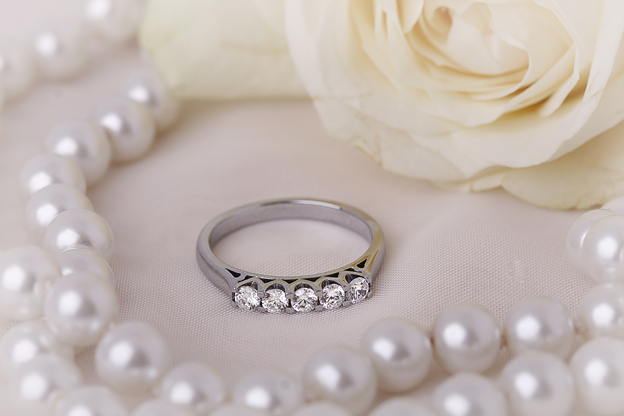 Inel Semi Eternity Dama Aur Alb, 18kt cu 5 Diamante Rotunde in Setare 4-Gheare in forma de U-img1