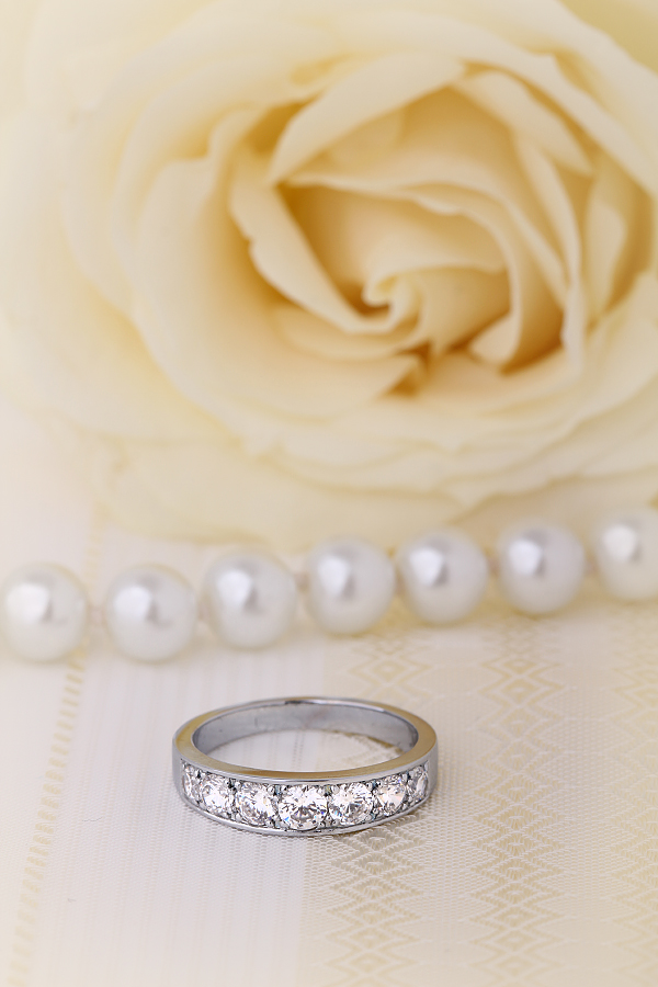 Inel Semi Eternity Dama Aur Alb, 18kt cu 7 Diamante Rotunde care se Inlargesc spre Centru-img1