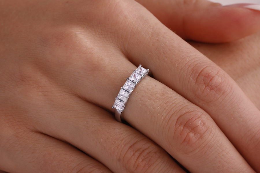 Half Eternity Ring for women in 18ct white gold with 5 princess cut diamonds in a claw setting-img1