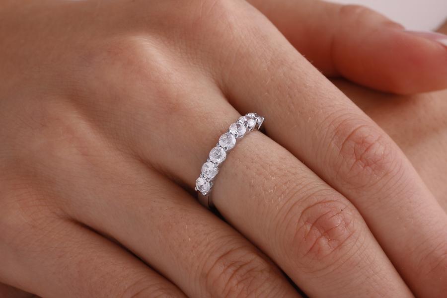 Inel Semi eternity Dama Aur Alb, 18kt cu 7 Diamante Rotund Briliant in Setare 4-Gheare-img1