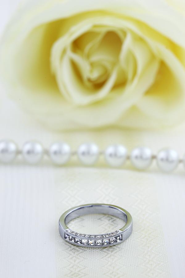 Halb Eternity Ring für Dame in 18kt Weißgold mit 9 Princess Schliff Diamanten und 10 runden Brillanten auf beiden Seiten-img1