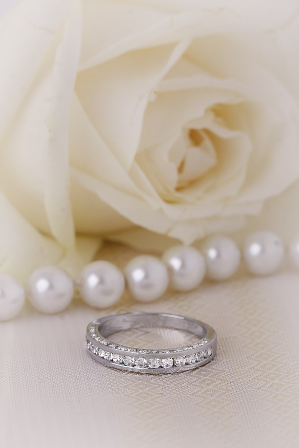 Halb Eternity Ring für Dame in Platin mit runden Brillanten in der Mitte und auf beiden Seiten-img1