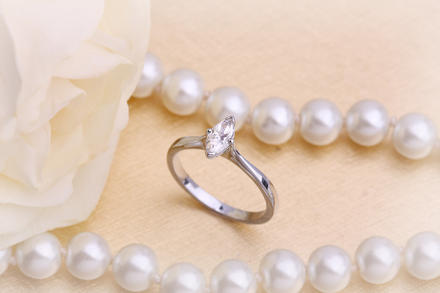 Inel de Logodna Solitaire Dama Aur Alb 18kt cu un Diamant Forma Marchiza in Setare cu 4 Gheare-img1