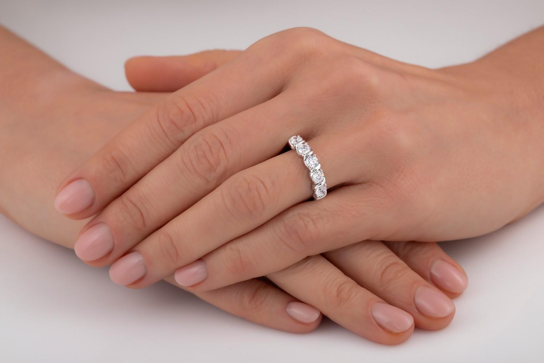 Halb Eternity Ring für Dame in Platin mit 5 runden Brillant Schliff Diamanten in Krappenfassung-img1