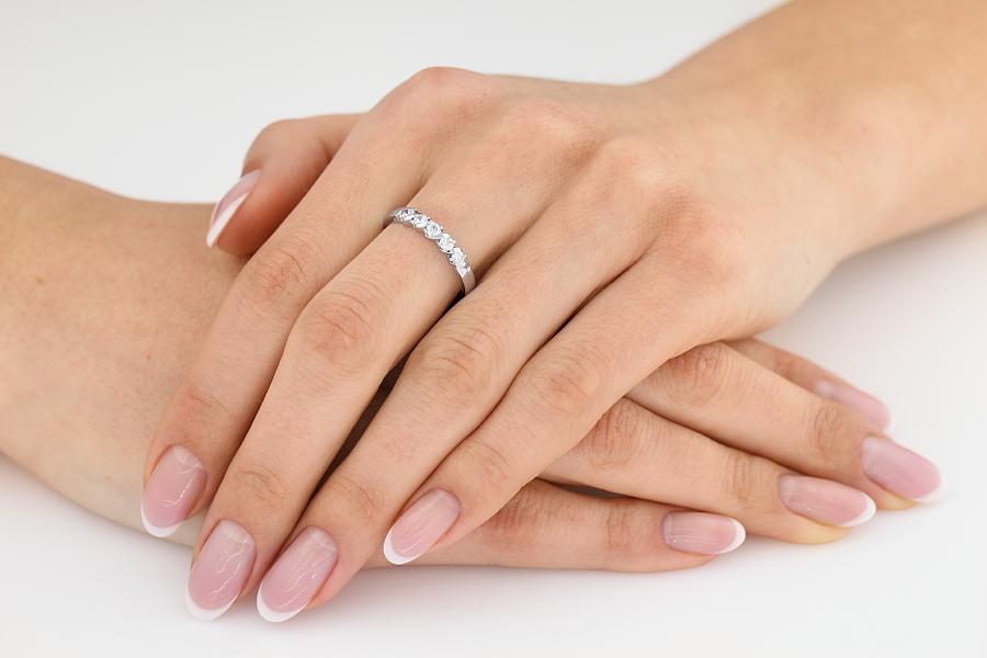Inel Semi Eternity Dama Aur Alb, 18kt cu 5 Diamante Rotund Briliant Setate cu Gheare-img1