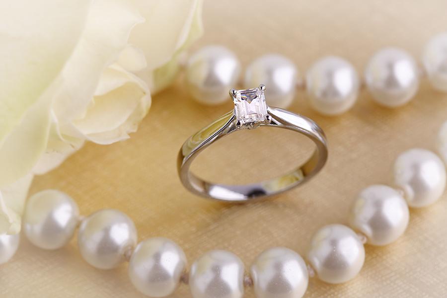 Inel de Logodna Solitaire Dama Aur Alb 18kt cu un Diamant Forma Smarald-img1