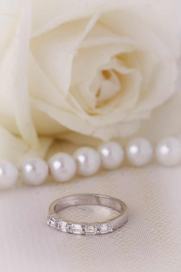 Inel Semi Eternity Dama Aur Alb, 18kt cu 5 Diamante Forma Smarald in Setare Gheare-img1