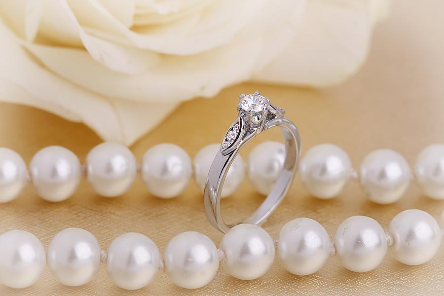 Inel de Logodna Solitaire cu Diamante Mici pe Lateral Dama Aur Alb 18kt cu un Diamant Rotund Briliant in Setare Gheare si Diamante Rotunde pe Lateral-img1