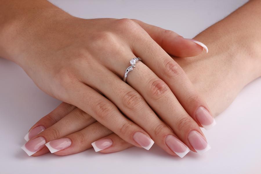 Inel de Logodna Solitaire cu Diamante Mici pe Lateral Dama Aur Alb 18kt cu un Diamant Rotund Briliant si Diamante Rotunde pe Lateral-img1