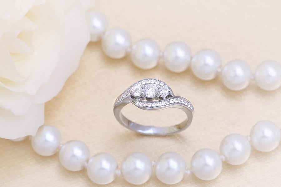 Inel de Logodna cu 3 Diamante Dama Aur Alb 18kt cu Diamante Taietura Rotund Briliant-img1