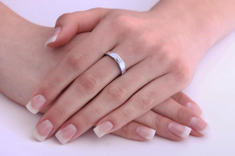 Solitär Verlobungsring für Dame in 18kt Weißgold mit Smaragd-Schliff Diamanten und mit breitem Band-img1