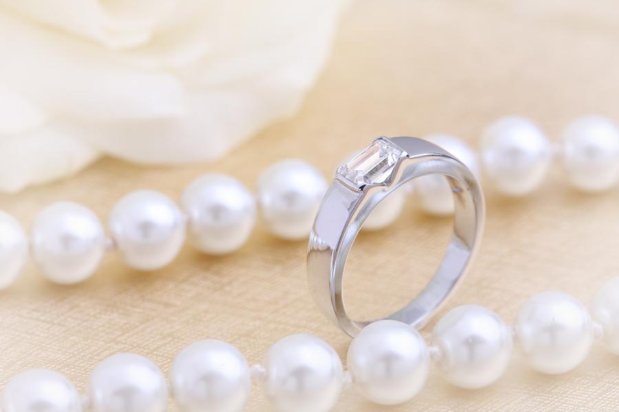 Inel de Logodna Solitaire Dama Aur Alb 18kt cu un Diamant Forma Smarald in Setare Tip Bara, cu Banda Lata-img1