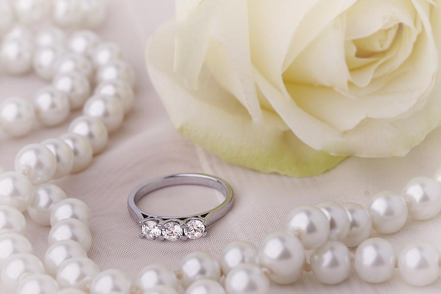 Inel de Logodna cu 3 Diamante Dama Aur Alb 18kt cu Diamante Rotund Briliant in Setare Gheare-img1