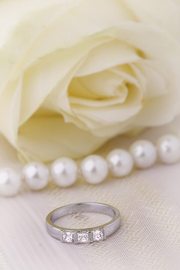 Inel de Logodna cu 3 Diamante Dama Aur Alb 18kt cu 3 Diamante Princess in Setare Bara-img1